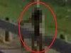 「ヒッチハイクする宇宙人」がクッキリ激写される! UFOの置き場所を忘れ、道に迷うリトルグリーンマン=米