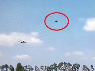 """【衝撃映像】ガチで雲を突き破る""""マッハUFO""""が旅客機とニアミス! 前代未聞「断続的ワープ飛行」に騒然!"""