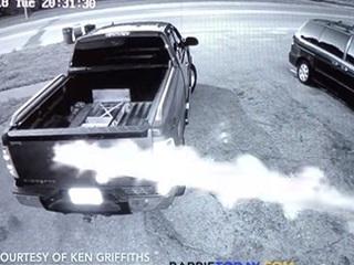 """【衝撃動画】テスラ車が「UFOに追いかけられて30m空を飛んだ」決定的瞬間! 監視カメラが捉えた""""あまりにも謎すぎる""""超常現象!"""