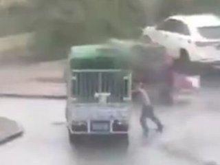 """【閲覧注意】台風と戦って負けた男の""""死の瞬間"""" ― 「自然に抗ってはいけない」ことを思い知る衝撃映像"""