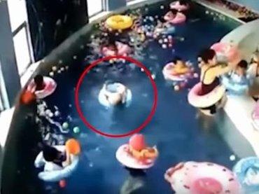 【閲覧注意】大人の脇で「3歳児がプールで溺れて死にそうになる」動画が大炎上! 浮き輪をつけていても超危険=中国