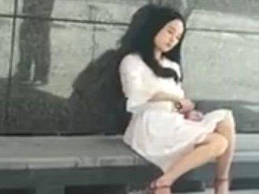 【閲覧注意】公衆の面前でリスカするメンヘラ女性の闇! ハサミで手首ザクザク… 直視できない狂気の光景=中国