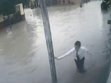 【閲覧注意】電柱を触った少年たちが次々感電! 水害時は電気設備に触れてはいけない=メキシコ