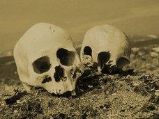 肉親の死から1年後、骨を掘り返して齧る伝統