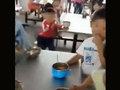 """具もスープもないインスタント麺だけ……中国農村の""""質素すぎる""""給食を保護者が告発!"""