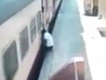 【閲覧注意】ホームと電車の隙間に挟まれるとこうなる! 高速スピンで引きずられ… 無謀な「トレイン・ホッピング」失敗の瞬間