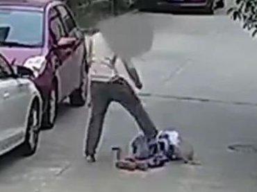 【閲覧注意】通りすがりの高齢者(81歳)を突然ボコボコにする若者!  飛び蹴り、杖で殴打… 道徳崩壊の暴行=中国