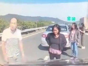 """【閲覧注意】車と車に押し潰されて""""サンドイッチ""""になった女が悲惨すぎる! 高速道路で車外に出るとこうなる=中国"""