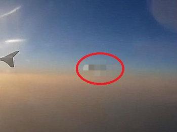 """飛行機の乗客が「100%ホンモノ」の超巨大""""雲擬態""""UFOを激撮! 専門家による画像分析で完全確定、直径1.6kmの母艦か!?"""
