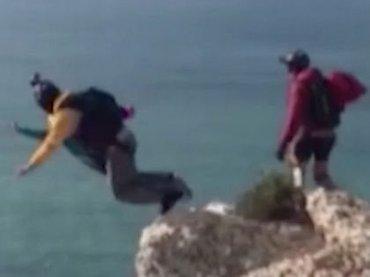 【閲覧注意】パラシュートが開かず地面激突、即死の決定的瞬間! 高さ100mの崖から死へのダイブ=ポルトガル