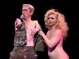"""【閲覧注意】全裸の奇形と女ダンサーの""""前衛パフォーマンス""""が最高すぎ! ペニスやワギナも厭わず… 差別偏見をぶっ飛ばす最強アート"""