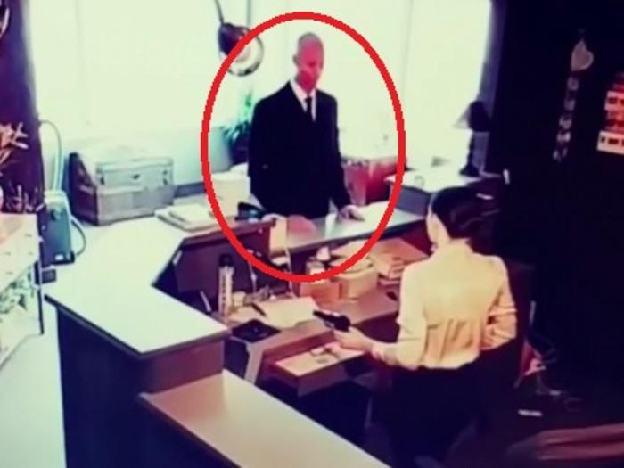 衝撃の「リアルMIB映像」がついに流出!! 黒スーツの白人が会社訪問、受付で異常行動…宇宙人調査か!?