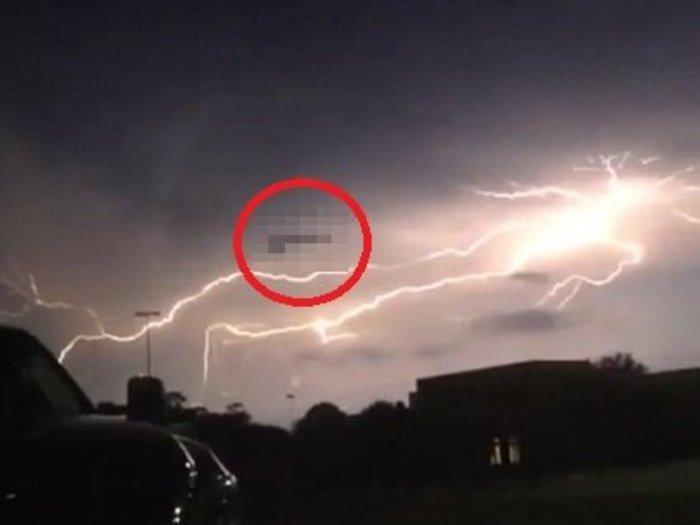【衝撃動画】トライアングルUFOに雷が直撃する決定的瞬間! 米軍極秘兵器「TR-3B」がバッテリー充電していた!?