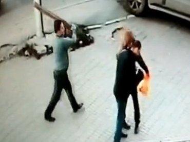 """【閲覧注意】""""角材男""""が歩行者襲撃、一発で殴り殺す戦慄の光景! あまりにも落ち着いたスローな殺人事件が超ヤバい=ロシア"""