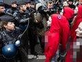 """【閲覧注意】パリのデモ「黄色いベスト運動」に""""赤いオッパイ""""丸出し女たちも参戦! 暴走サンタも現れ…!"""