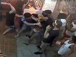 【閲覧注意】微笑みの国タイの「排他主義・外国人暴行映像」に衝撃! 白人女性をあっという間に取り囲み、頭をビンでぶん殴る…