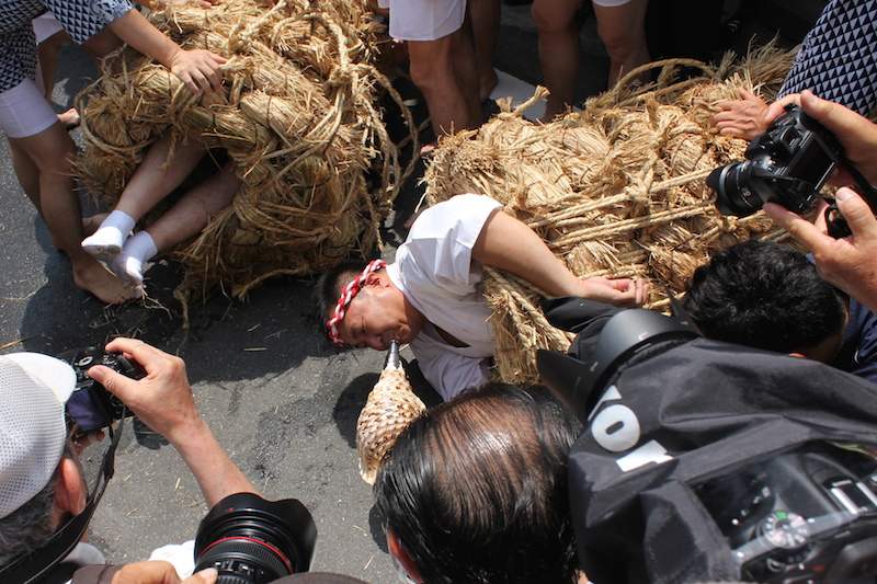 「40年間雨が降っていない」 男たちがぐるぐる巻きにされる大田区の奇祭「水止祭」の画像1