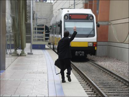 飛び込み自殺は特急列車に限らない ― 大久保駅で目撃した事故から考える、心理状況とは?の画像1
