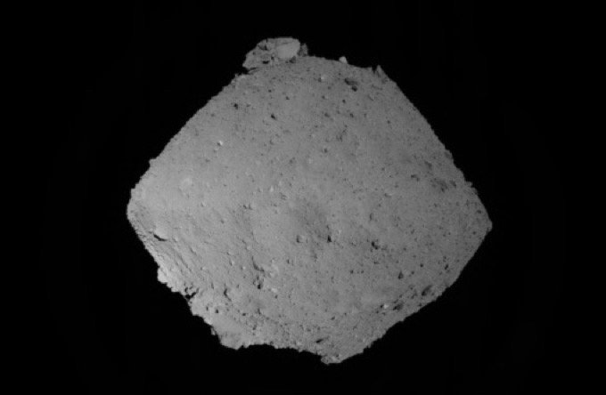 小惑星「リュウグウ」の表面に巨大エイリアンが出現!? 決定的画像を発見、研究者「直径900メートルの宇宙人だ」の画像1