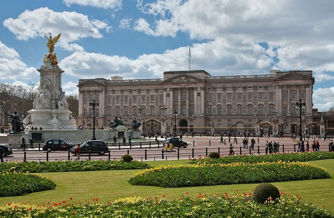 1280px-Buckingham_Palace,_London_-_April_2009.jpg