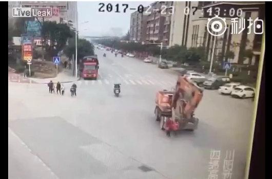 【閲覧注意】祖母と孫をぺしゃんこに潰した掘削機! 迷わず轢き逃げ、中国道路交通事情のリアルの画像1