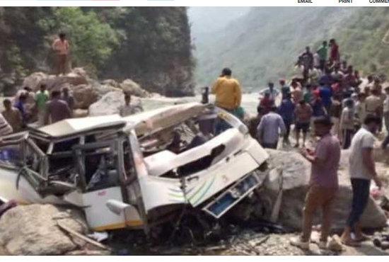 【閲覧注意】崖から250m転落したバスから飛び散った45人の死体がヤバすぎる! この世の終わりと見紛うおぞましさ=インドの画像1