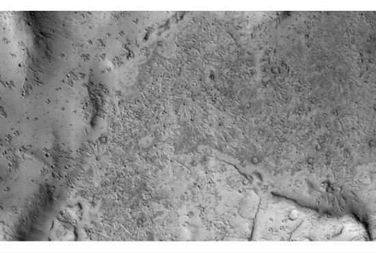火星で見つかった異様すぎるクレーターは古代文明の遺跡か!? NASAも完全にお手上げ「根拠のある答えがない」の画像1