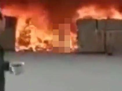 【閲覧注意】携帯電話を取りに火災現場に戻った男はこうなる ― 炎の中から出てきた火だるまゾンビがホラーすぎる=中国の画像1