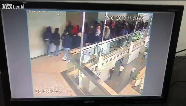 【閲覧注意】ジャカルタ証券取引所で廊下が崩落! 巻き込まれて落下した学生ら77人が重軽傷=インドネシアの画像1
