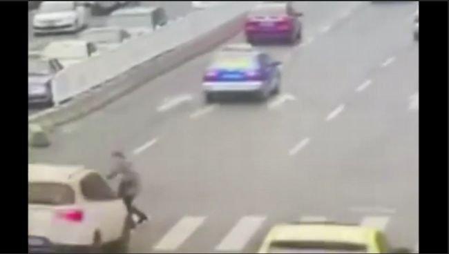 【閲覧注意】ド派手で悲惨すぎる交通事故の瞬間映像4選! 万歳ポーズで宙を舞い… 想定外がつきまとう自動車運転のリアルの画像1