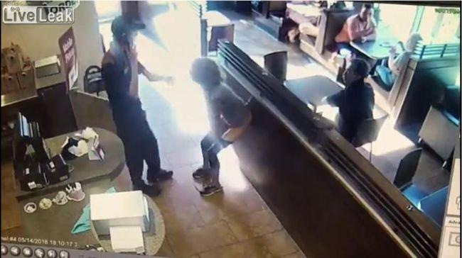【閲覧注意】レジ前でモリモリ脱糞、ウンコを店員に投げつける女が凶悪すぎる! トイレ使用を拒否したドーナツ店を襲った悪夢=カナダの画像1