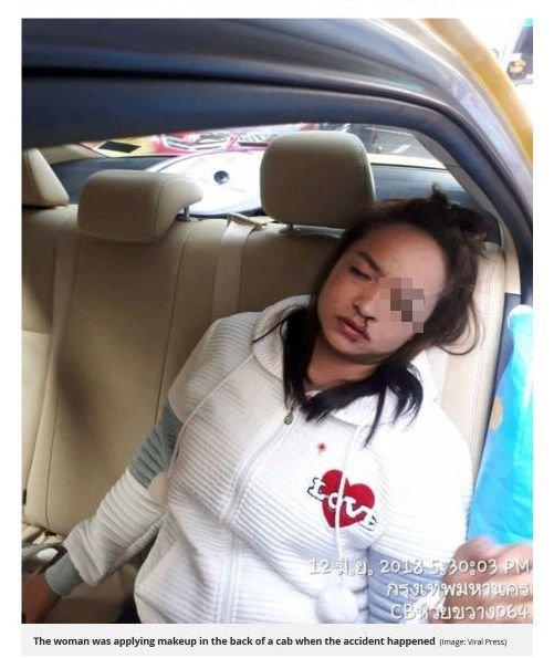 【閲覧注意】タクシーの急停車でアイライナーが目にぶっ刺さり…! 公共交通機関で化粧する女の悲惨な末路!=タイの画像1