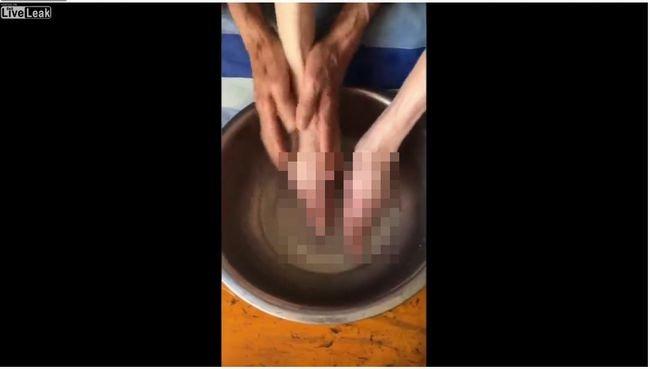 【閲覧注意】纏足の老婆が足を洗う光景が悲しすぎる! 足がクチバシのように… 女性を苦しめた文化の実態の画像1