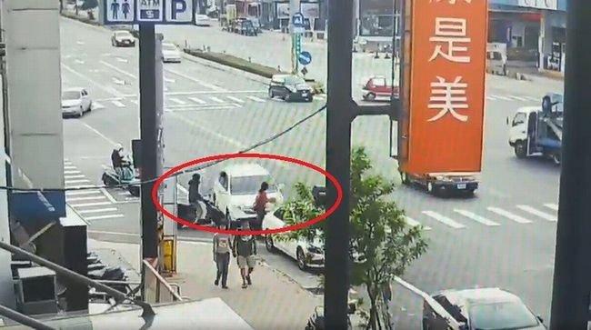 【閲覧注意】「居眠り運転」暴走車が歩行者をお人形さんのようにクルクル吹っ飛ばす瞬間! 交通地獄の中で人間は無力だ=台湾の画像1