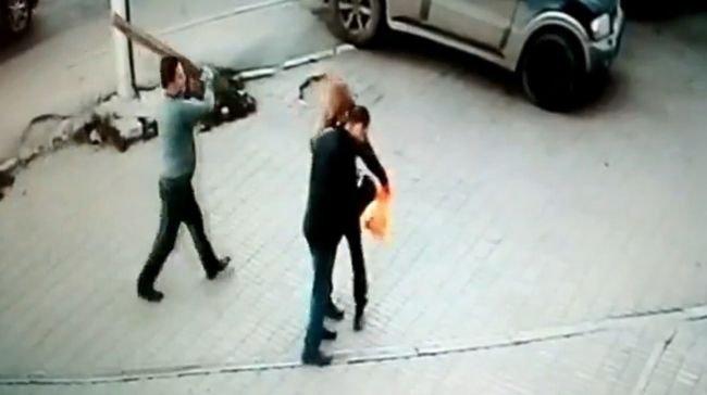 【閲覧注意】角材男が歩行者襲撃、一発で殴り殺す戦慄の光景! あまりにも落ち着いたスローな殺人事件が超ヤバい=ロシアの画像1
