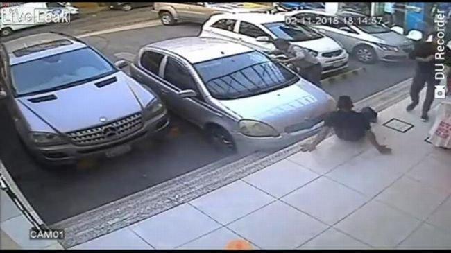 【閲覧注意】車を誘導していた男を襲ったとてつもなく恐ろしい事態とは!? 運転手も発狂するヤバい瞬間!の画像1