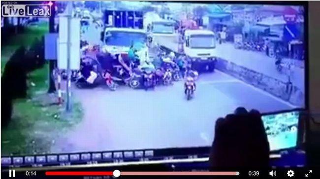 【閲覧注意】ベトナムでも暴走車事件が発生! トレーラーが人間を容赦なく潰し… 6人死亡の現場映像が地獄すぎるの画像1