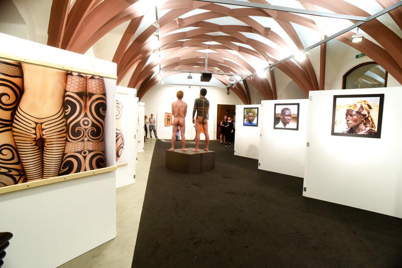 ドイツ人たちは縄文タトゥーをどう見たか? カウンター視点の国際芸術祭「ドクメンタ14」&ドイツで開催された『縄文族 JOMON TRIBE』展の顛末の画像1