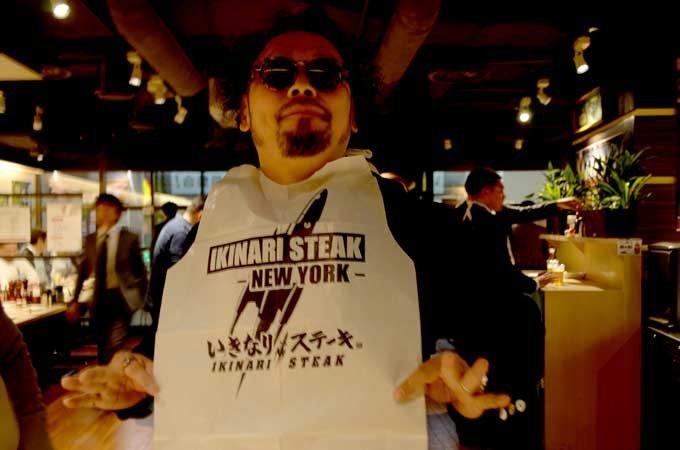 「いきなり!ステーキ」の使い捨て紙エプロンがNYで大流行! 「売ってほしい」「3ドル払う」ニューヨーカーが懇願する理由とは?の画像1