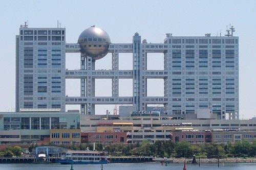 Fuji_TV_headquarters_and_Aqua_City_Odaiba_-_2006-05-03-2009-25-01.jpg