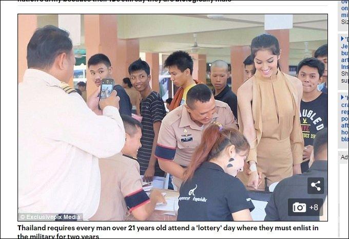 タイの徴兵検査に現れた超絶美しいレディーボーイ3人を選出! あまりの可愛さに警察官も職務を忘れるレベル!の画像3