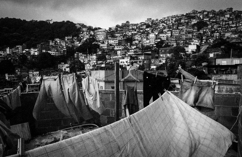 銃口向けられ、ギャングに突撃され…! 最悪のスラム街を10年間撮り続けた「クレイジージャーニー」写真家・伊藤大輔インタビューの画像1