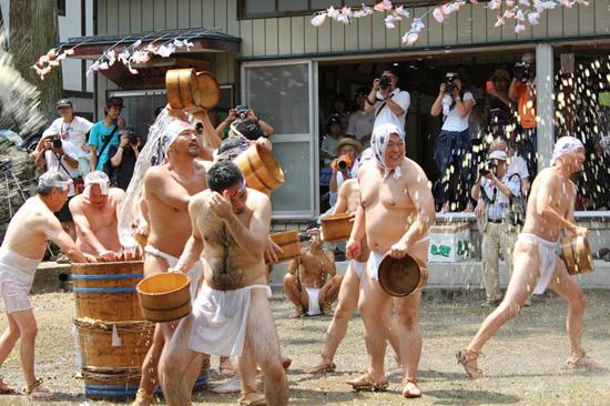【動画・写真】奥秩父の奇祭「甘酒こぼし」 ― 裸の漢たちが200リットルの甘酒をぶっかけ合うカオスの画像8