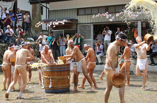 【動画・写真】奥秩父の奇祭「甘酒こぼし」 ― 裸の漢たちが200リットルの甘酒をぶっかけ合うカオスの画像5
