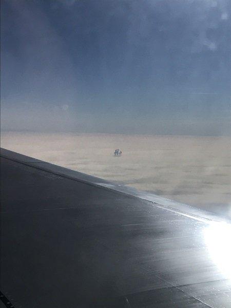 【ガチ】雲の上で「天使の6人家族」がクッキリ激撮される! 上空1万mでピクニックか、専門家「UFOの触手かも」の画像1