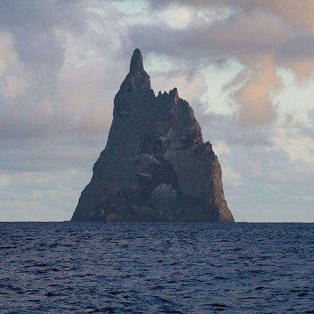 640万年前に誕生した絶海の孤島「ボールズ・ピラミッド」がヤバイ! 絶滅したはずのキモ生物も生存!の画像1