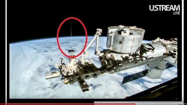 【衝撃】すでに人類が宇宙人と戦争していた決定的証拠が激撮される! 地球からUFOを狙った「地対宇宙レーザー」発射、ワームホールの可能性も!の画像2