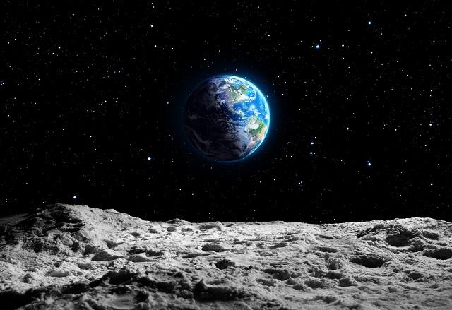 元NASA研究者「月に背の高い黒い人がいた」アポロ11号が見た漆黒エイリアンの存在暴露! クレーターの淵にUFOもの画像1