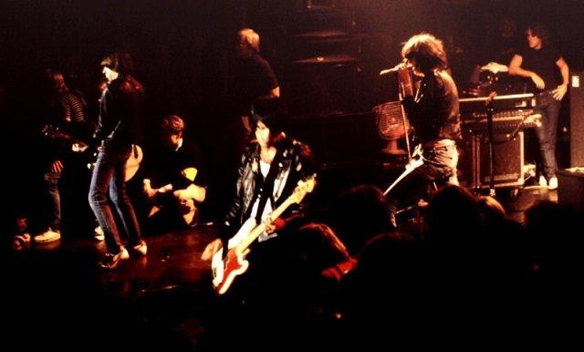 バンドメンバーが全員死んだラモーンズの呪いとは? 黒づくめの男が雷鳴とともに死の宣告をしていた!の画像1