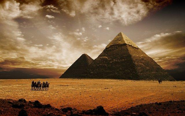 「スフィンクスの背中に着陸したUFO」を描いたパピルスが発見される! 古代エジプトが宇宙人文明だった証拠が続々出土の画像1